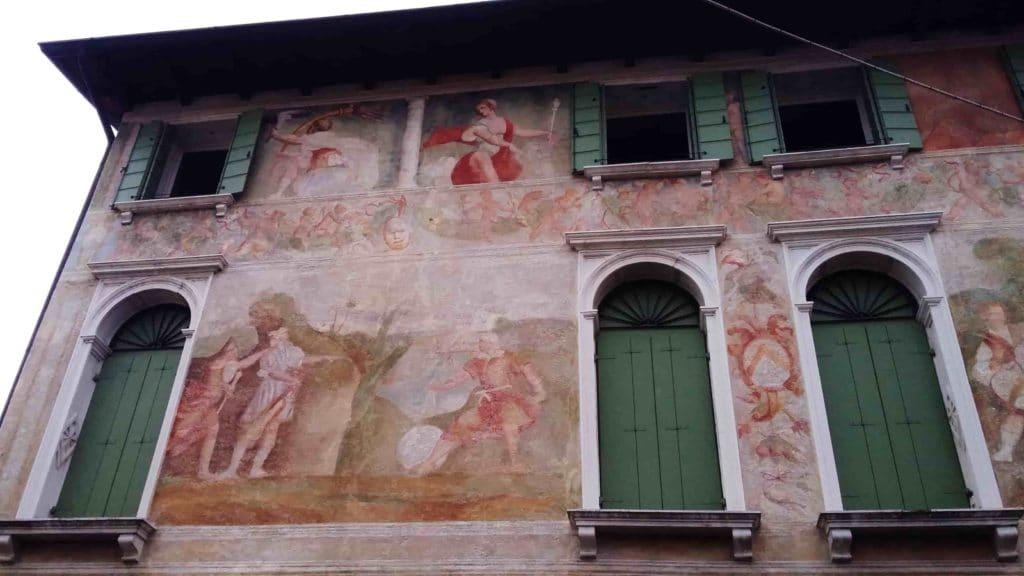Affreschi su un palazzo in via del Seminario a Portogruaro