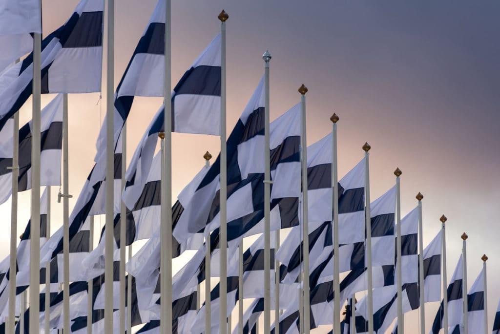 Bandiere finlandesi per le strade di Helsinki