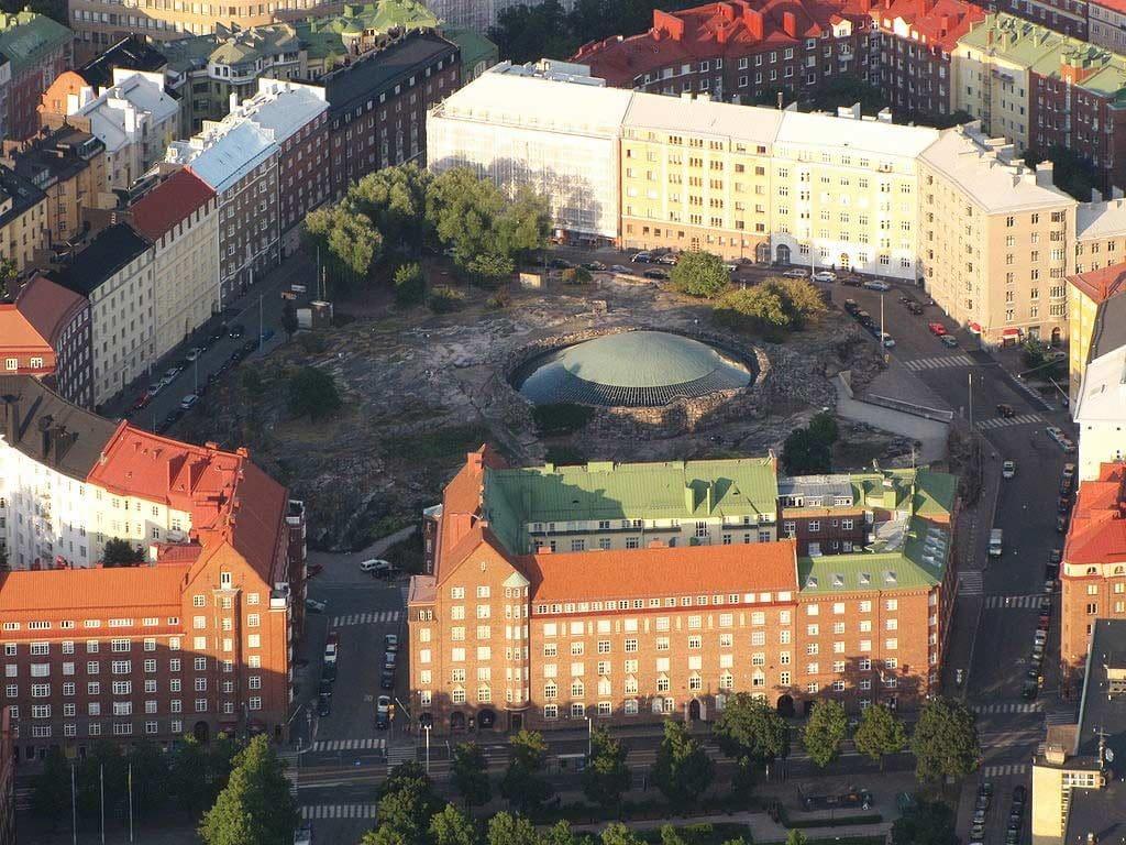 Veduta aerea della chiesa nella roccia ad Helsinki