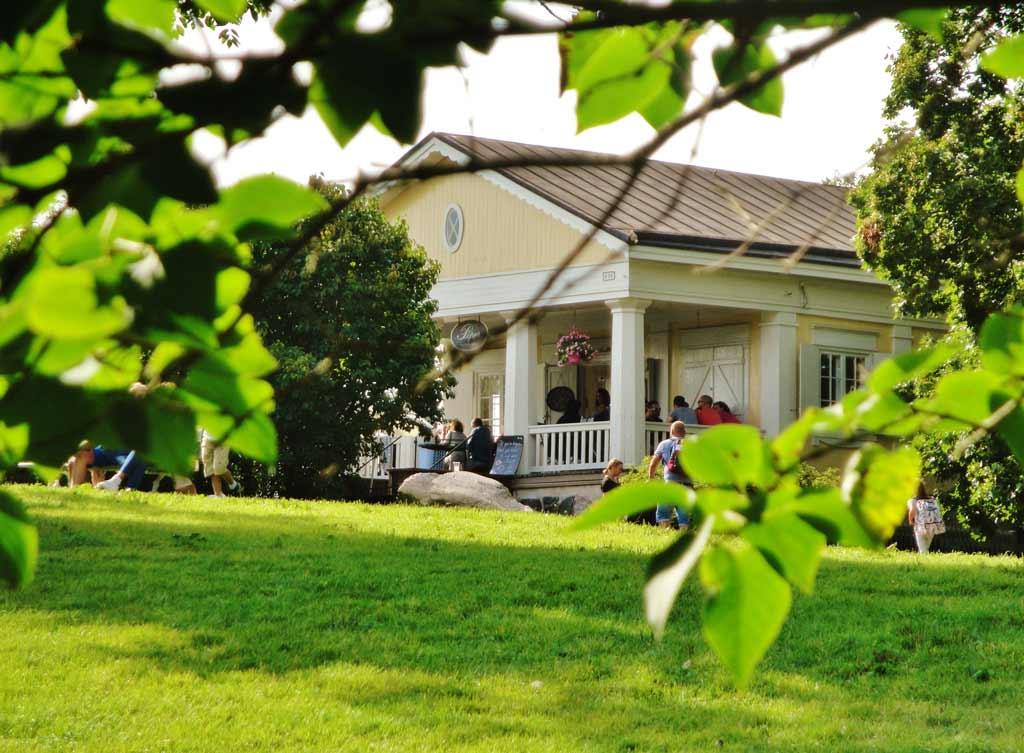 Il Café Piper, una delle deliziose caffetterie con area verde esterna che vi accoglieranno sull'isola