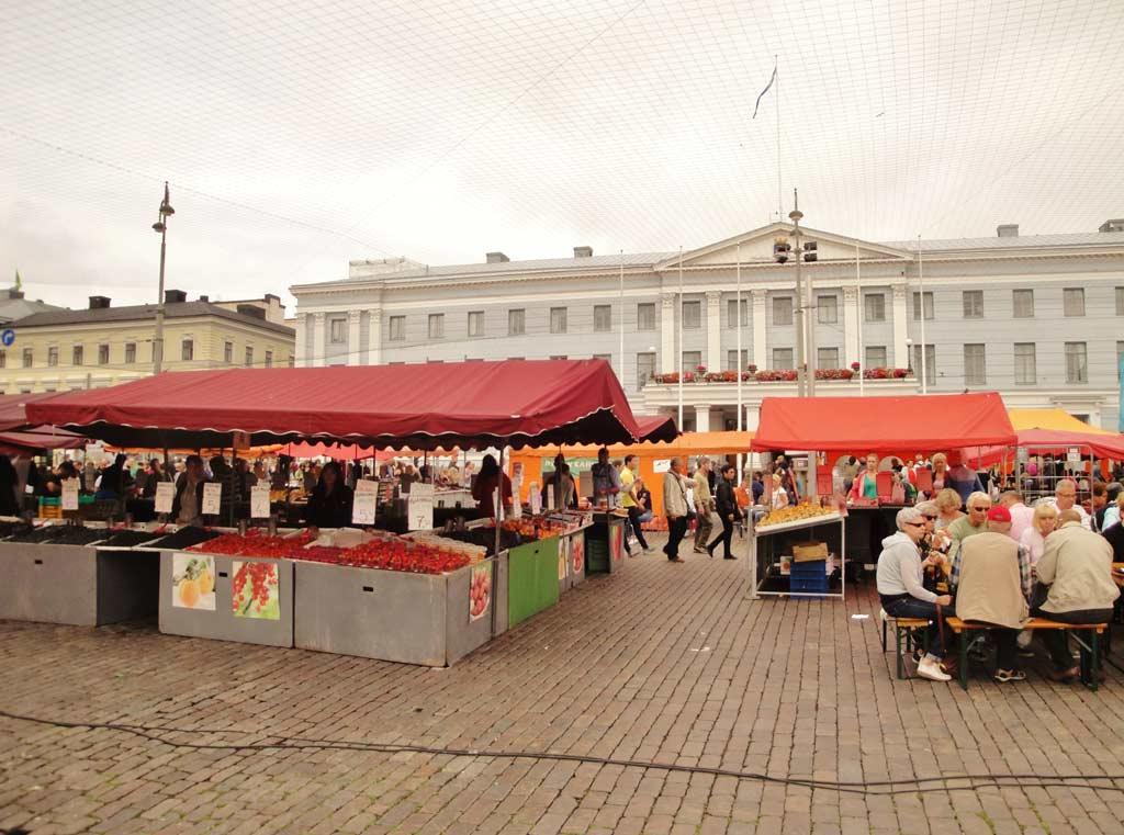 Piazza Kauppatori di giorno, durante il mercato