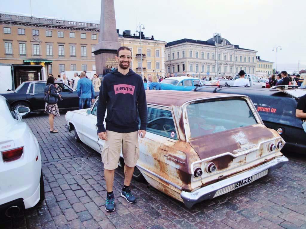 La Piazza del mercato all'imbrunire, durante un raduno di auto d'epoca