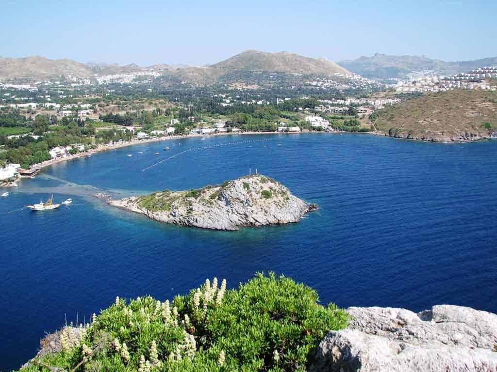 Panorama sull'Isola dei Conigli a Gümüşlük in Turchia