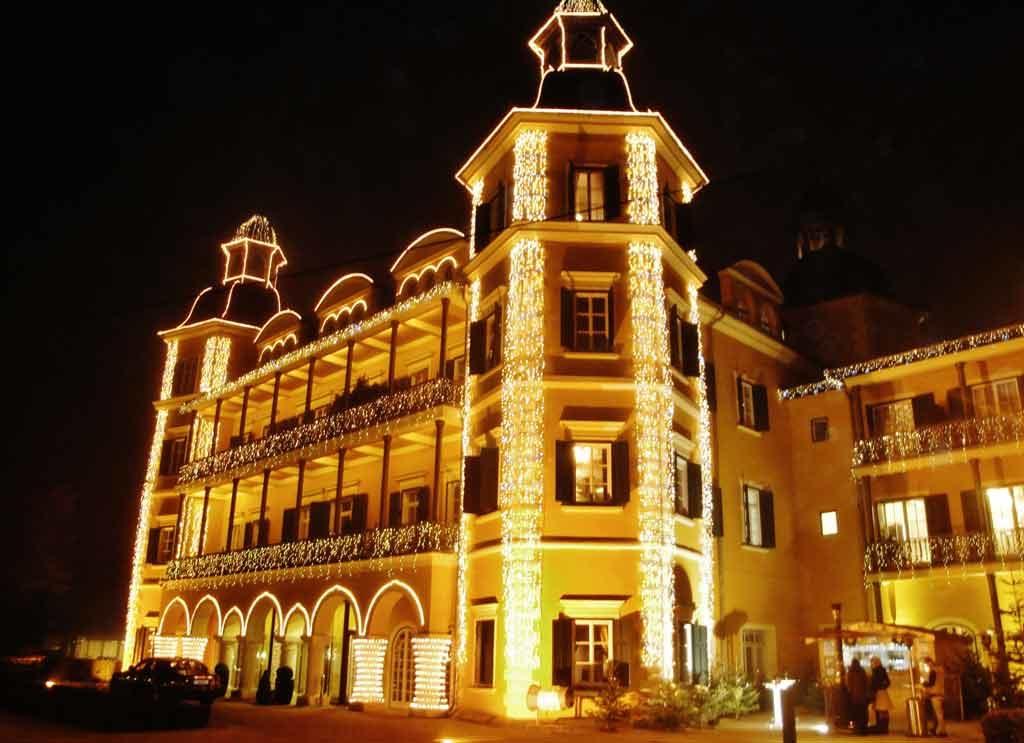 Lo Schloss Velden illuminato per l'Avvento