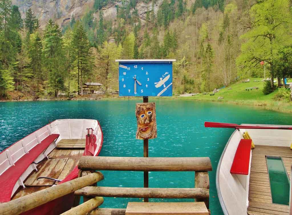 Giro in barca a remi sul Blausee