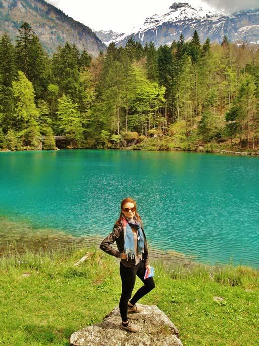 Il lago Blausee in Svizzera tra le Alpi Bernesi